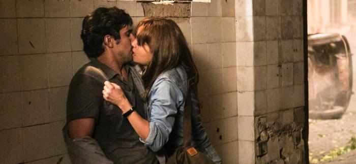 alice-sophie-charlotte-e-renato-renato-goes-se-beijam-em-os-dias-eram-assim-1492718759513_v2_1170x540